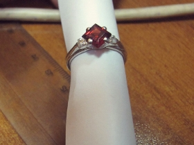 Изготовление кольца из золота 750 пробы с гранатом и бриллиантами.